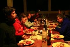 glückliche Gäste beim 3 Gänge Abendessen