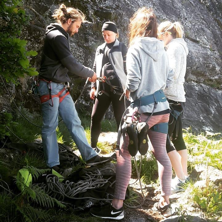 TIMA Travels Klettergruppe beim felsklettern